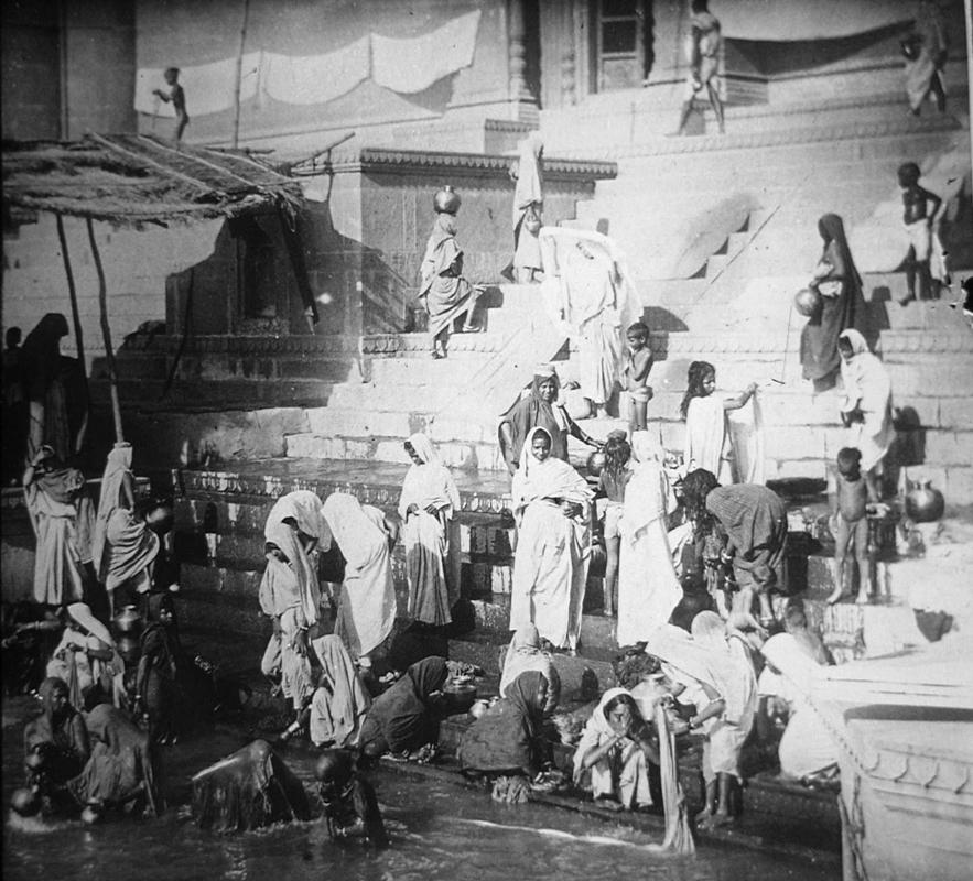Rito del bagno nel fiume gange considerato sacro dagli - Bagno nel gange malattie ...