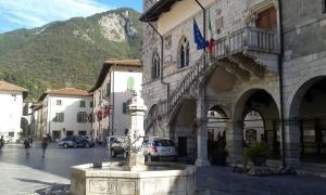 2.Venzone, piazza del Comune